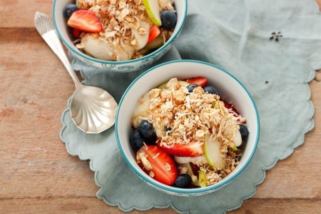 Raw berry and pear crumble with vanilla cashew cream
